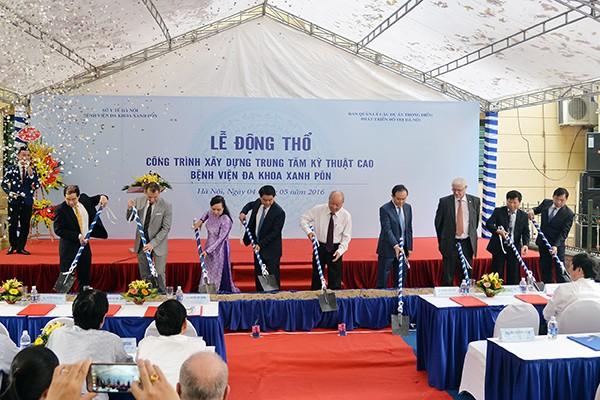 Các đồng chí lãnh đạo thực hiện nghi lễ động thổ công trình Trung tâm kỹ thuật cao, Bệnh viện đa khoa Xanh Pôn