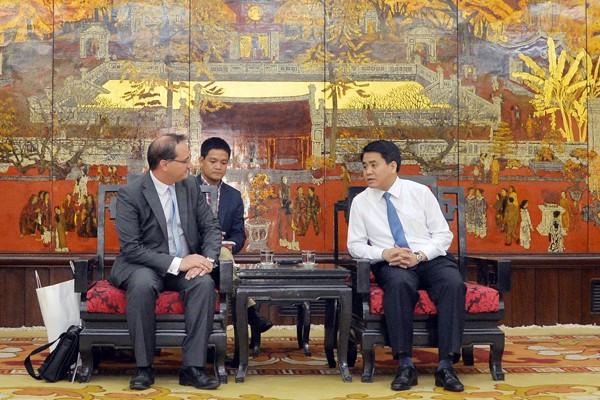 Chủ tịch UBND TP Hà Nội Nguyễn Đức Chung đón tiếp và trao đổi cùng