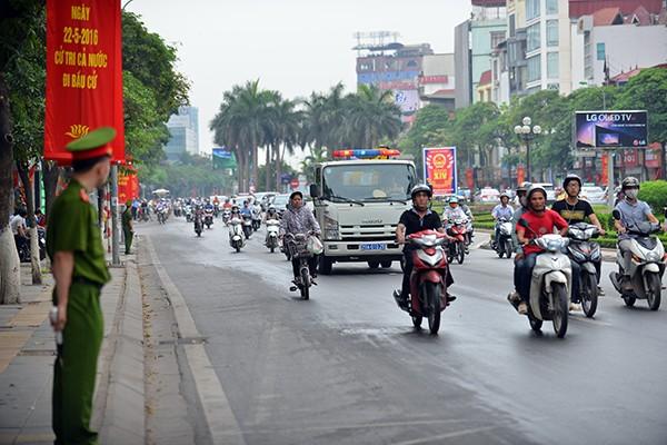Ngay từ sáng sớm, Công an Hà Nội đã triển khai các lực lượng tại các tuyến phố đoàn xe Tổng thống Mỹ đi qua