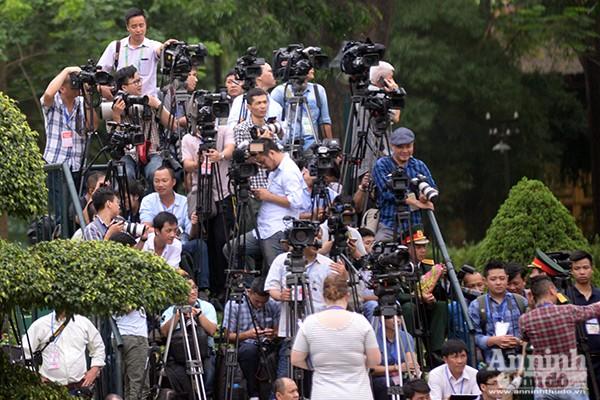 Từ sớm, đông đảo phóng viên báo chí trong và ngoài nước đã có mặt tại Phủ Chủ tịch để đưa tin về lễ đón chính thức Tổng thống Mỹ