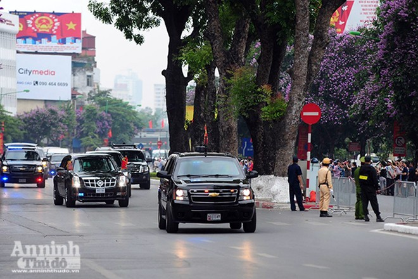 Đoàn xe chở Tổng thống Mỹ di chuyển trên đường phố Hà Nội sáng 23-5
