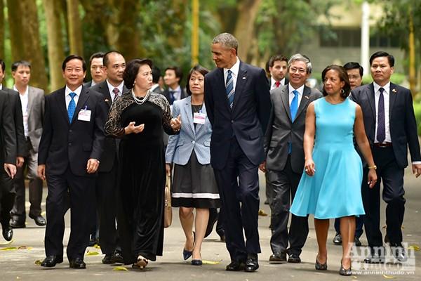 Trong chương trình thăm chính thức Việt Nam của Tổng thống Hợp chúng quốc Hoa Kỳ Barack Hussein Obama, sáng 23-5-2016, Chủ tịch Quốc hội Nguyễn Thị Kim Ngân đón Tổng thống Barack Obama tới thăm Khu di tích Chủ tịch Hồ Chí Minh trong Phủ Chủ tịch.