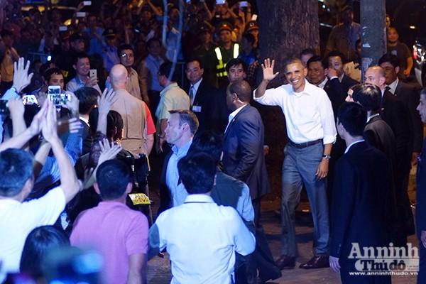 Hình ảnh Tổng thống Mỹ tươi cười vẫy chào người dân khi đến ăn bún chả tại 24 phố Lê Văn Hưu Hà Nội là một trong những hình ảnh đặc biệt ấn tượng trong ngày hôm qua 23-5