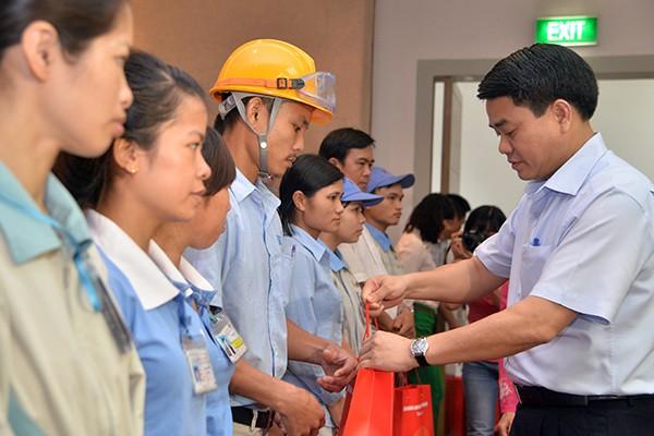 Chủ tịch UBND TP Hà Nội trao quà cho các công nhân có hoàn cảnh khó khăn