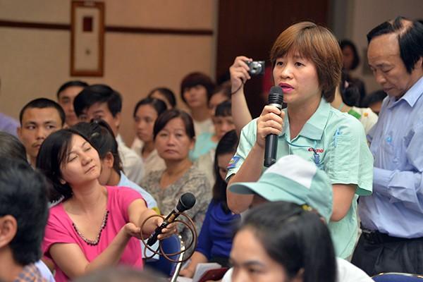 Công nhân phát biểu ý kiến tại buổi tiếp xúc