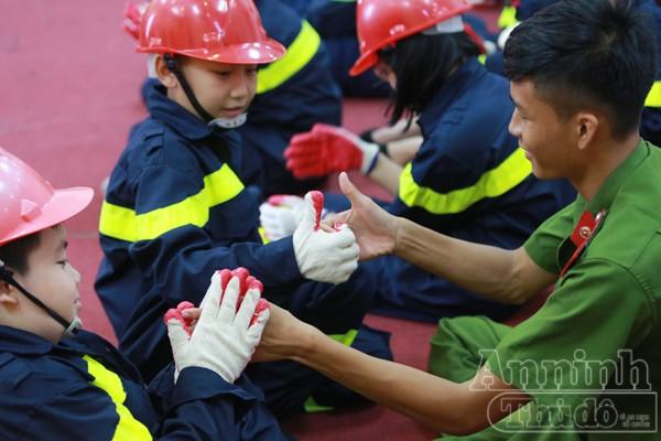 """Xem """"chú"""" lính cứu hỏa dễ thương tập luyện trên thao trường ảnh 7"""