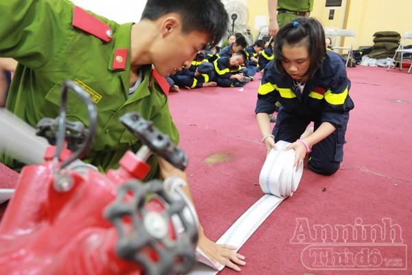 """Xem """"chú"""" lính cứu hỏa dễ thương tập luyện trên thao trường ảnh 4"""