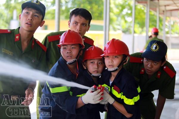 """Xem """"chú"""" lính cứu hỏa dễ thương tập luyện trên thao trường ảnh 16"""