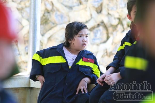 """Xem """"chú"""" lính cứu hỏa dễ thương tập luyện trên thao trường ảnh 17"""