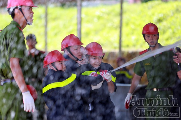 """Xem """"chú"""" lính cứu hỏa dễ thương tập luyện trên thao trường ảnh 14"""
