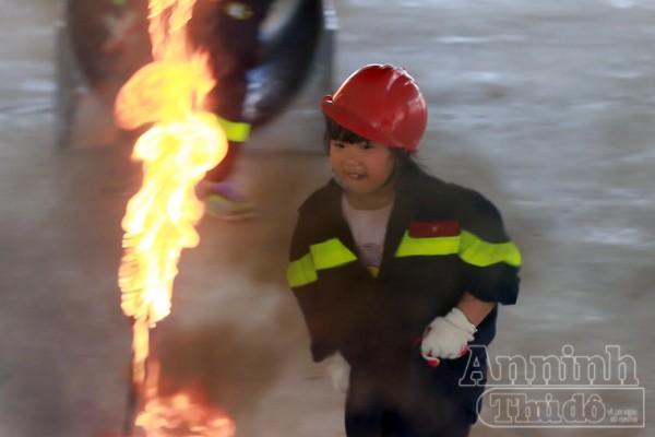 """Xem """"chú"""" lính cứu hỏa dễ thương tập luyện trên thao trường ảnh 12"""