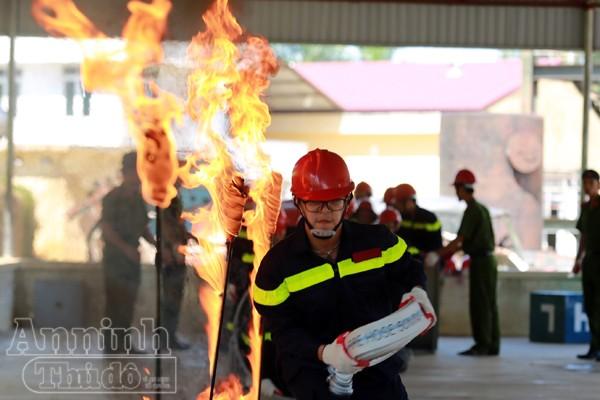 """Xem """"chú"""" lính cứu hỏa dễ thương tập luyện trên thao trường ảnh 11"""