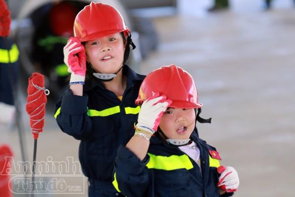 """Xem """"chú"""" lính cứu hỏa dễ thương tập luyện trên thao trường ảnh 13"""