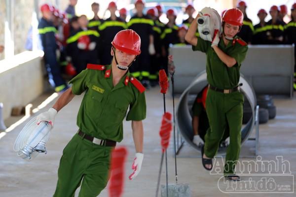 """Xem """"chú"""" lính cứu hỏa dễ thương tập luyện trên thao trường ảnh 10"""