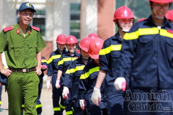 """Những em tham gia khóa """"Trại hè lính cứu hỏa – 2016"""" háo hức dậy từ sáng sớm. Như những người lính Cảnh sát PCCC thực thụ, các em gấp chăn màn vuông vức đúng """"điều lệnh"""" rồi mặc trang phục của Cảnh sát PCCC và xếp hàng ra sân…"""