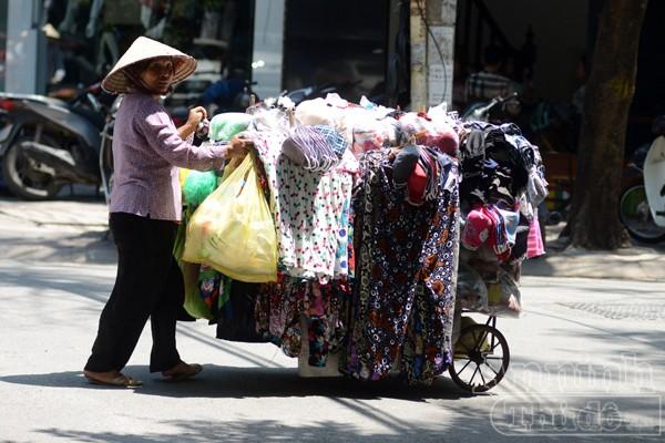 Các loại áo chống nắng, váy chống nắng...được rao bán khắp các nơi