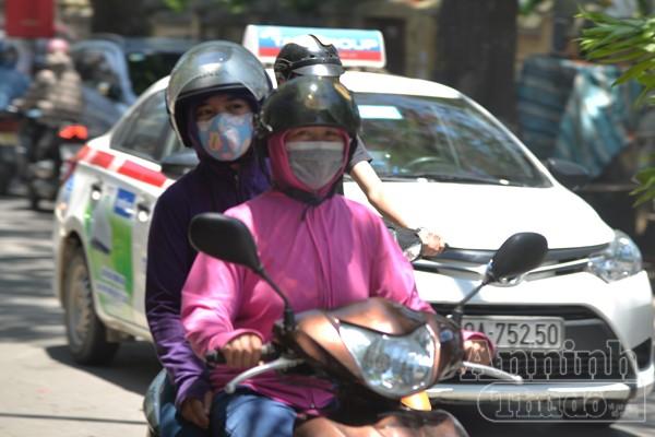 Giữa trưa, nhiệt độ ngoài trời có thể lên tới 37độ C. Người có điều kiện sẽ chọn đi taxi để tránh cái nóng từ mặt đường hất lên