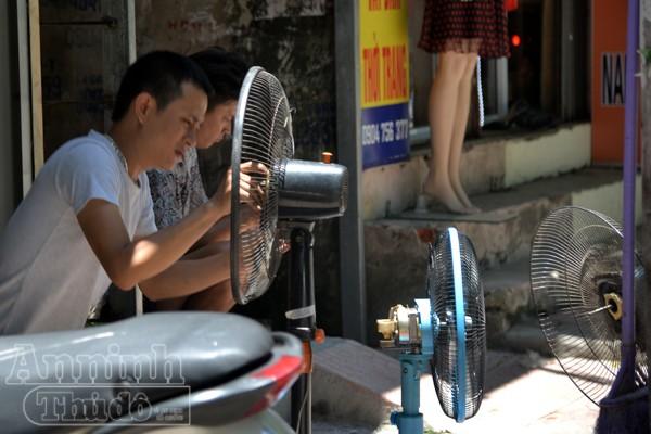 Những cửa hàng cơ khí sửa chữa quạt tấp nập khách đến sửa quạt