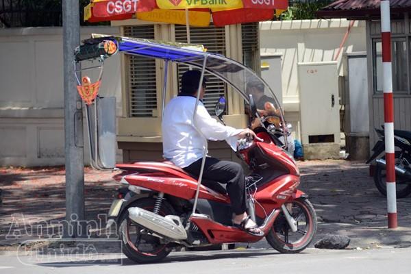 """Ở Hà Nội mới xuất hiện hình ảnh chiếc xe máy PCX được """"độ"""" thêm mái che khung i nốc với các tấm mi ka để chống nắng nóng"""