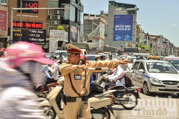 Gần 12h, ở mỗi ngã tư đường phố, các chiến sỹ CSGT Hà Nội vẫn ứng trực đầy đủ để phân luồng giao thông.