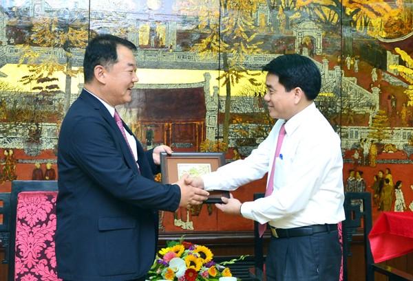 Chủ tịch UBND TP Nguyễn Đức Chung đón tiếp ông Bang Hyun Woo Phó Tổng Giám đốc Tổ hợp Samsung Việt Nam