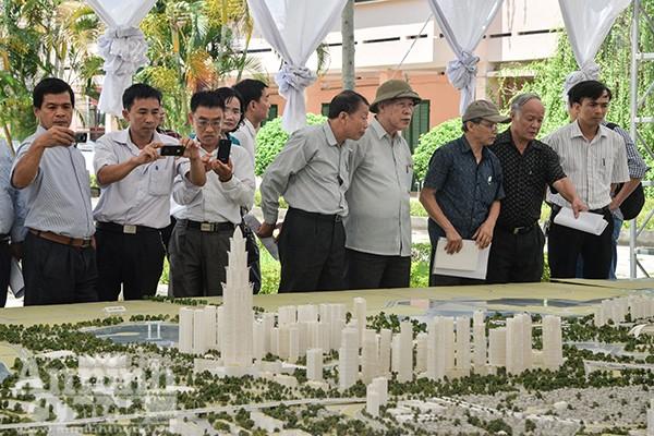 Đông đảo nhân dân trong khu vực đến xem sa bàn Quy hoạch chi tiết tuyến Nhật Tân - Nội Bài, tỷ lệ 1/500