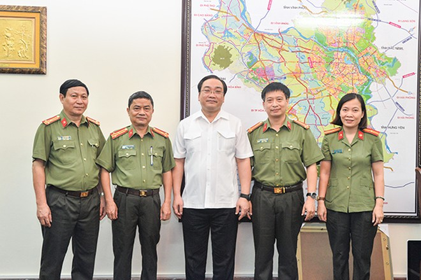 Bí thư Thành ủy Hà Nội Hoàng Trung Hải cùng Ban Biên tập Báo An ninh Thủ đô tại buổi làm việc