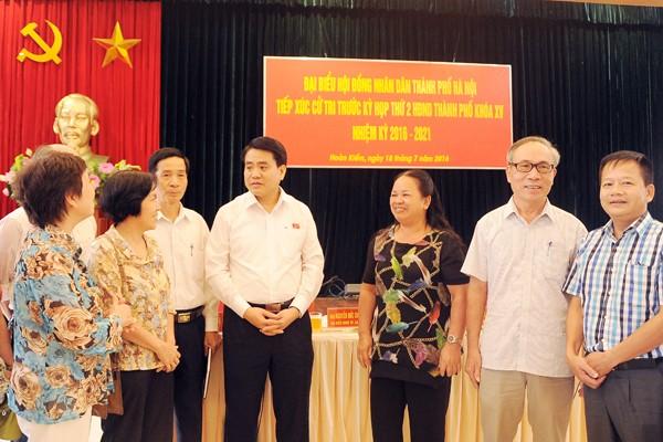 Chủ tịch UBND TP Hà Nội Nguyễn Đức Chung trao đổi với cử tri quận Hoàn Kiếm