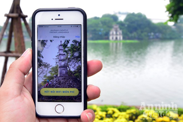 """Để truy cập hệ thống wifi miễn phí xung quanh Hồ Gươm, du khách có thể truy cập từ smartphone hoặc thiết bị cầm tay bằng cách bật chế độ tìm kiếm wifi, lựa chọn điểm phát """"Freewifi_UBNDHANOI"""". Sau khoảng 10 giây giới thiệu tuyến phố đi bộ, logo của nhà tài trợ hệ thống wifi, du khách sẽ truy cập thành công."""