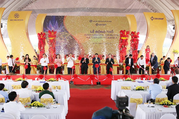 Các đồng chí lãnh đạo thực hiện nghi lễ động thổ Công viên Kim Quy