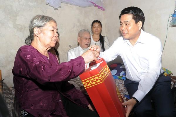 Chủ tịch UBND TP Hà Nội Nguyễn Đức Chung tặng quà gia đình ông Dương Hồng, cán bộ Tiền khởi nghĩa