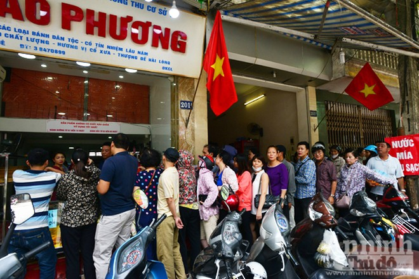 Dù còn hơn chục ngày nữa mới đến Tết Trung thu nhưng nhiều người dân đã đến 2 cơ sở kinh doanh bánh Trung thu Bảo Phương trên phố Thụy Khê xếp hàng chờ mua bánh