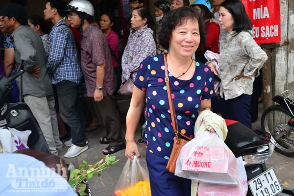 Người Hà Nội rồng rắn xếp hàng mua bánh trung thu sớm ảnh 5