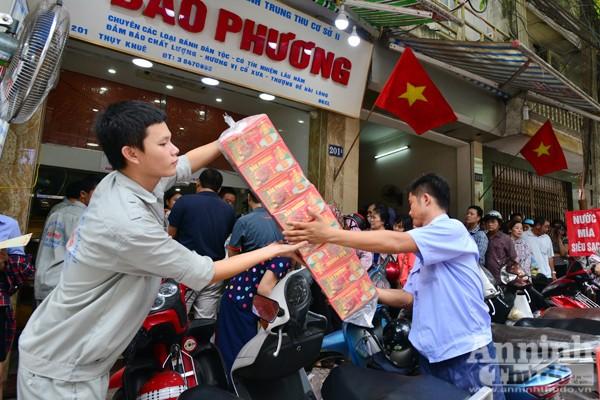 Người Hà Nội rồng rắn xếp hàng mua bánh trung thu sớm ảnh 3