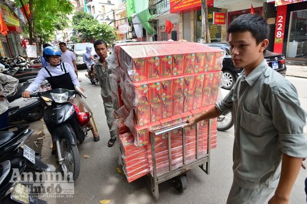 Người Hà Nội rồng rắn xếp hàng mua bánh trung thu sớm ảnh 6