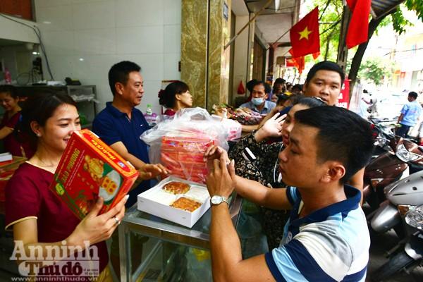 Người Hà Nội rồng rắn xếp hàng mua bánh trung thu sớm ảnh 2