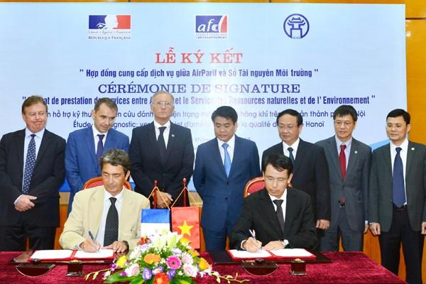 Chủ tịch UBND TP Hà Nội Nguyễn Đức Chung và Quốc vụ khanh Phát triển và Pháp Ngữ (Pháp) André Vallini chứng kiến buổi ký kết giữa hai bên