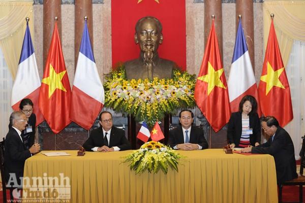 Tổng thống Pháp và Chủ tịch nước CHXHCN Việt Nam chứng kiến hai bên ký kết nhiều văn bản quan trọng