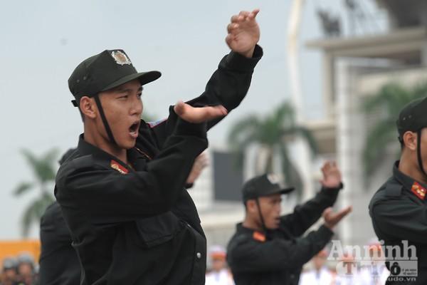 Xem Cảnh sát cơ động Hà Nội đánh võ, bắn súng điêu luyện ảnh 1