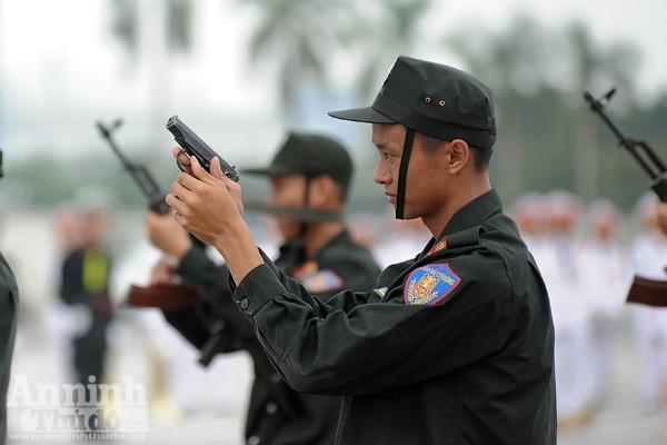 Xem Cảnh sát cơ động Hà Nội đánh võ, bắn súng điêu luyện ảnh 9