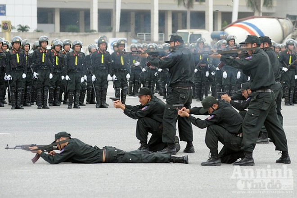 Xem Cảnh sát cơ động Hà Nội đánh võ, bắn súng điêu luyện ảnh 10