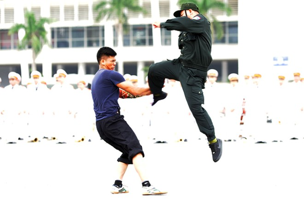 Xem Cảnh sát cơ động Hà Nội đánh võ, bắn súng điêu luyện ảnh 3