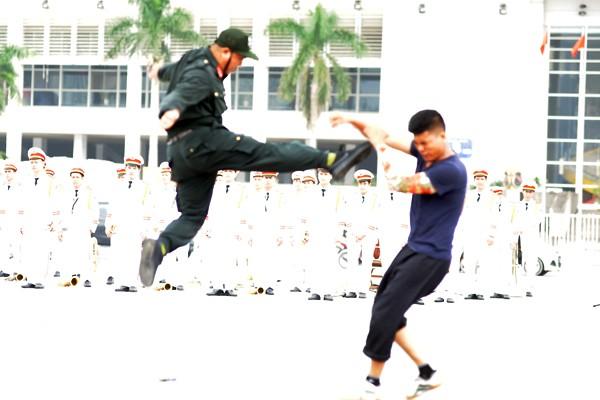 Xem Cảnh sát cơ động Hà Nội đánh võ, bắn súng điêu luyện ảnh 4