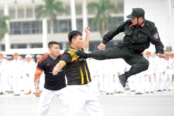 Xem Cảnh sát cơ động Hà Nội đánh võ, bắn súng điêu luyện ảnh 5