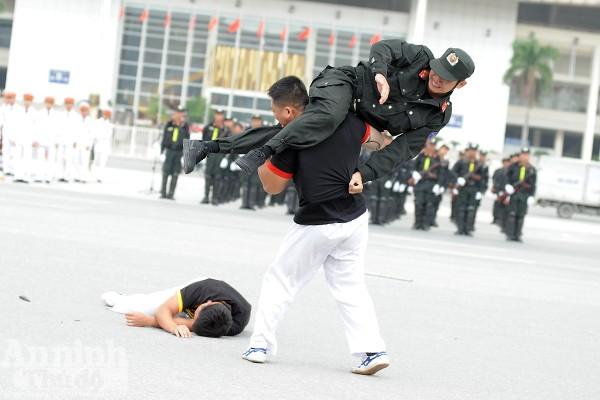 Xem Cảnh sát cơ động Hà Nội đánh võ, bắn súng điêu luyện ảnh 6