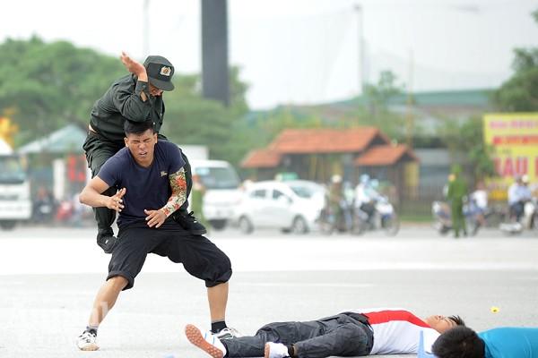 Xem Cảnh sát cơ động Hà Nội đánh võ, bắn súng điêu luyện ảnh 7