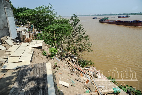 Hà Nội: Nhà đang ở bỗng trôi tuột xuống sông Hồng ảnh 2