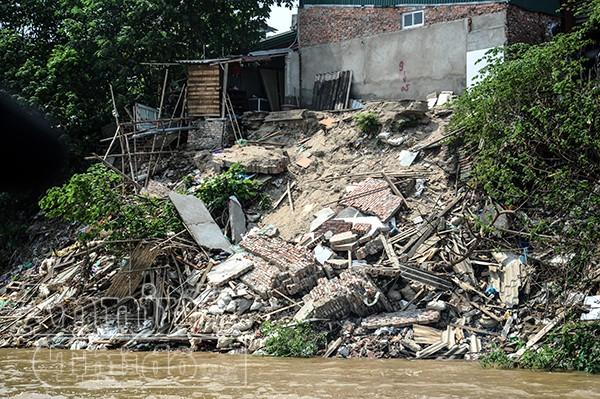 Bà Phạm Thị Bình (chủ ngôi nhà cuối ngõ 975 Bạch Đằng) cho biết. Đêm 6 rạng sáng 7-9, vào khoảng 12h đêm, nhà bà bắt đầu có hiện tượng sạt lở. Trong phút chốc, căn nhà trôi tuột xuống sông Hồng