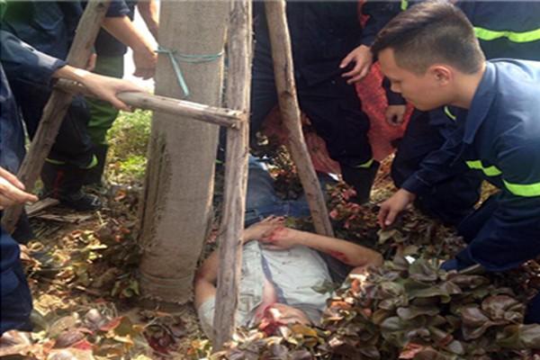 Cảnh sát PCCC Hà Nội giải cứu người thanh niên bị tai nạn, kẹt dưới gốc cây