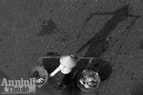 Ngắm mùa thu Hà Nội tuyệt đẹp qua những bức ảnh đen trắng ảnh 6